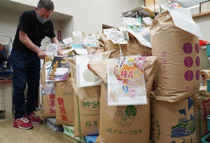 各地の2020年産米が並ぶ米販売店。巣ごもり需要もあり、家庭用の販売は好調という=6月29日、東京都千代田区