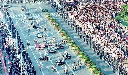 1990年11月に行われた、平成天皇即位の祝賀パレード=東京・祝 ...