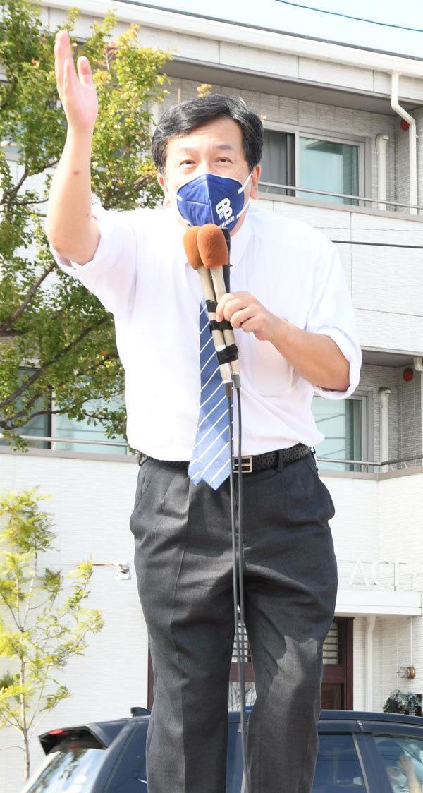 福岡市早良区で街頭演説する立憲民主党の枝野幸男代表=26日午後2時すぎ