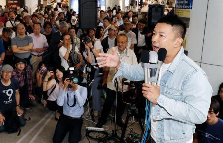 街頭演説する、政治団体「れいわ新選組」の山本太郎代表=4日午前11 ...