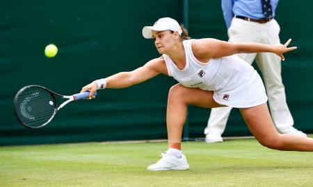 女子シングルス4回戦で厳しい姿勢で返球するアシュリー・バーティ ...