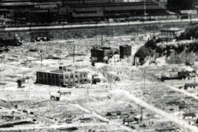 1946年4月、空襲によって焼け野原となった市街地を撮影した写真 ...