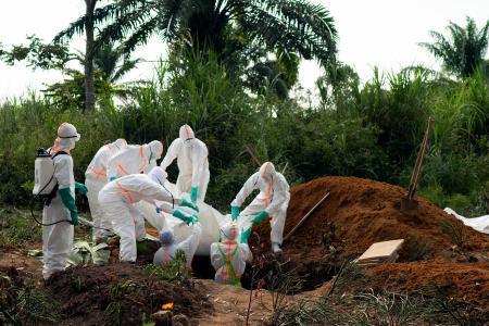 コンゴ(旧ザイール)東部で埋葬されるエボラ出血熱による死者=14日 ...
