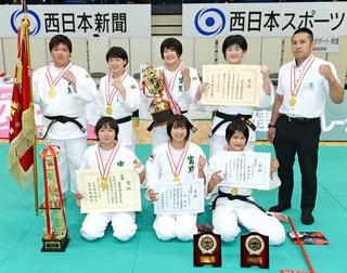 金鷲旗高校柔道大会で初優勝し、笑顔を見せる富士学苑の選手たち=23日、福岡市東区