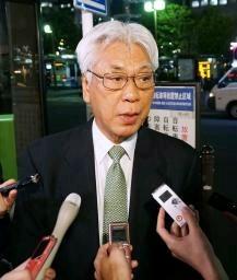 記者団の質問に答える民進党の小川敏夫参院議員会長=12日午後、東京 ...