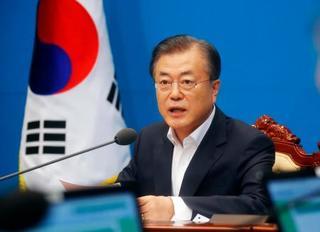 2日、臨時閣議で発言する韓国の文在寅大統領=ソウル(AP=共同) 写真 ...