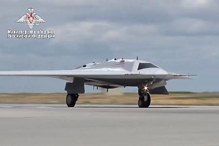 ロシア国防省が公開した新型無人攻撃機「オホトニク」の映像(ロシア ...