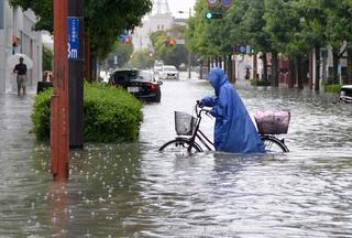 佐賀市中心市街地の中央大通りも冠水し、立ち往生する車も相次いだ=28日午前9時半ごろ、佐賀市