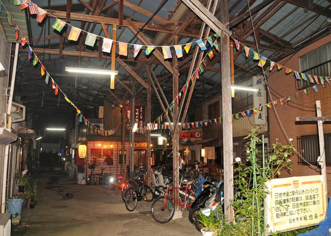 戦後のバラック市場のような独特の雰囲気が残る「日吉村」 写真 ...