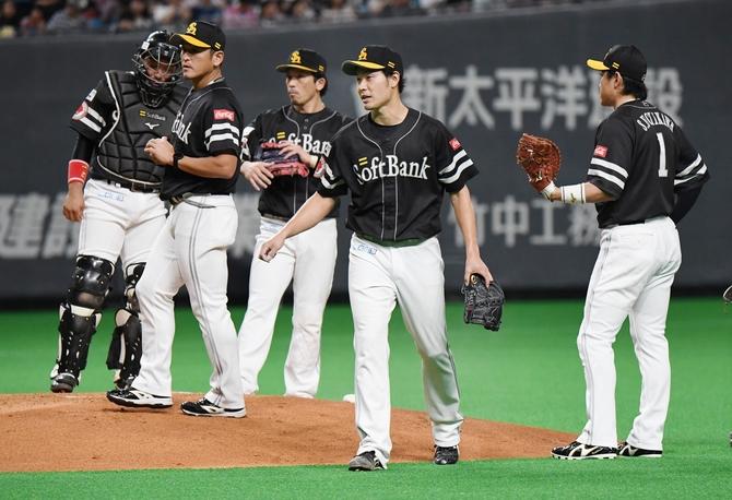 4回無死満塁、降板する武田 写真|【西日本スポーツ】