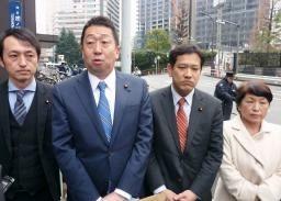 在日米大使館に申し入れ後、記者団の取材に応じる立憲民主党の本多平直 ...