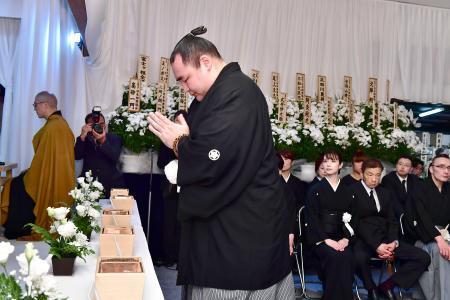 通夜会場の祭壇に掲げられた、大相撲の元関脇逆鉾の井筒親方の遺影=24 ...