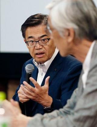 愛知県が設置した検証委の会議で発言する大村秀章知事。手前は座長の ...