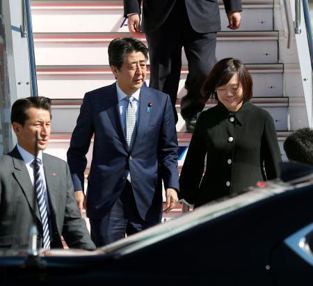 米国とベルギー歴訪を終え、帰国した安倍首相と昭恵夫人=28日午前 ...
