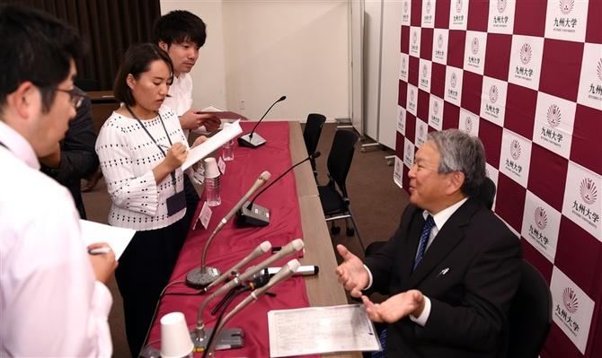 ノーベル化学賞受賞が決まった吉野彰氏とゆかりのある九州大で、報道陣 ...