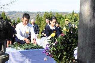 慰霊式で献花する津森小の6年生