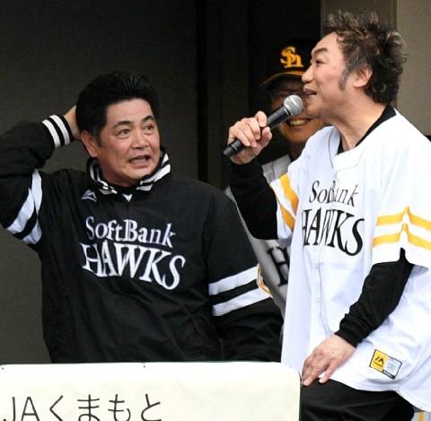 工藤監督に物まねのリクエストを求めるコロッケ 写真|【西日本スポーツ】