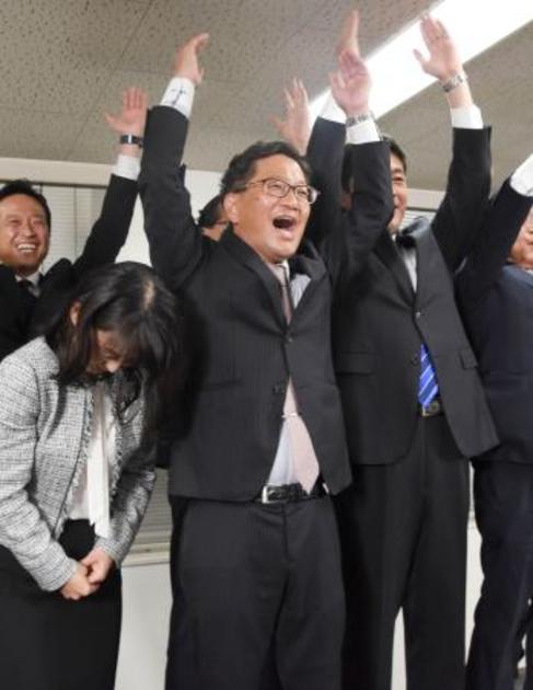 高知県知事選で、当選を決め万歳する浜田省司氏=24日夜、高知市 写真 ...