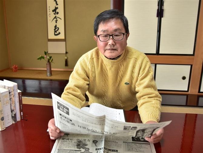 本紙「西日本読者文芸」に目を通す石井信男さん 写真 【西日本新聞 ...