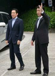 高知市を訪れた愛媛県の中村時広知事。右は尾崎正直高知県知事=22日 ...