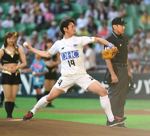 ソフトB始球式にJ1鳥栖の高橋義が登場 元野球少年、ノーバン投球に ...