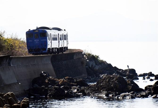 海沿いのJR大村線を走る列車