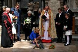 ホーキング博士の遺灰埋葬 ニュートン眠る英寺院に 【西日本新聞me】