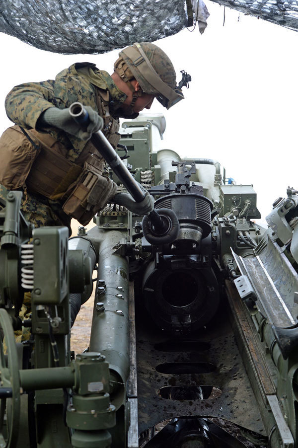 りゅう弾砲に砲弾を詰める米海兵隊=14日午前10時34分、大分県玖珠町(撮影・宮下雅太郎)