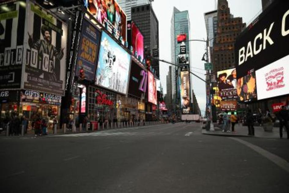 ほとんど人影のないニューヨークのタイムズスクエア=14日(ゲッティ ...