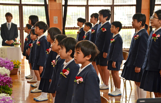校旗返納式の最後に校歌を歌う小塩小の児童