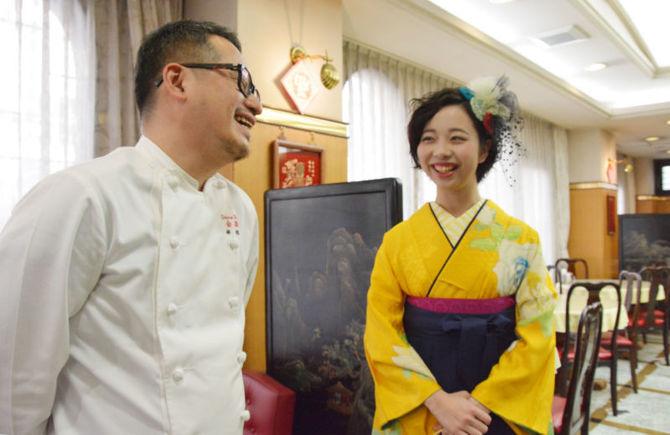 アルバイトの思い出を語り合う田尾いずみさん(右)と林慎太郎さん=長崎市