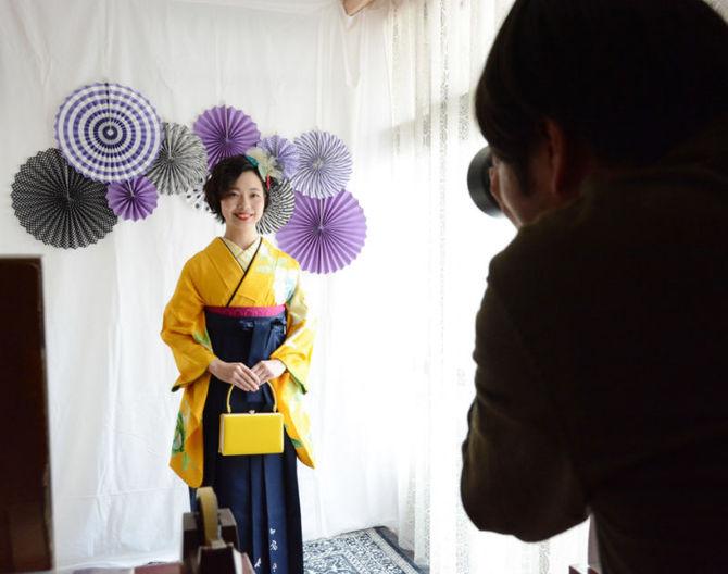 着物レンタル店で写真撮影をしてもらう田尾いずみさん=長崎市