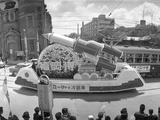 1958年】にぎわう商店街で踊りを披露する子どもたち 写真 【西日本 ...