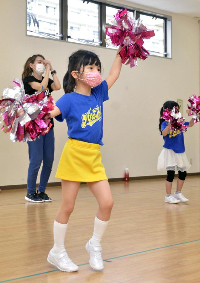 マスク姿の女児たちが掛け声を上げずにチアリーディングの練習に励んだ ...