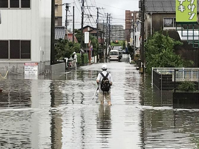 市街地を流れる筒川周辺で冠水した道路=27日午前8時50分ごろ、福岡県久留米市