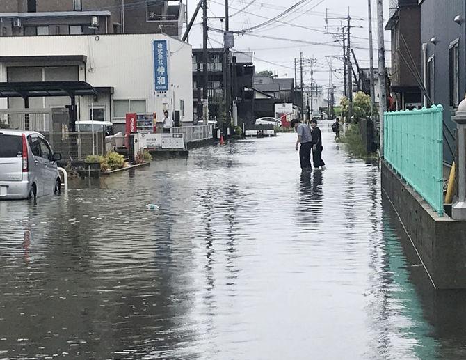 池町川近くの工業団地も道路が冠水した=27日午前9時すぎ、福岡県久留米市梅満町