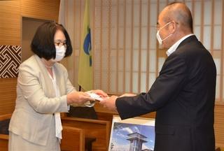 秀島敏行市長(右)に目録を手渡す古川尋美会長