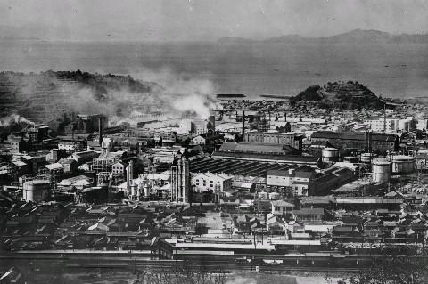 1958年ごろのチッソ水俣工場。熊本大医学部などによる原因究明の ...