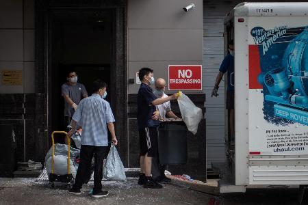 総領事館から荷物を運び出す職員ら=24日、ヒューストン(ロイター ...