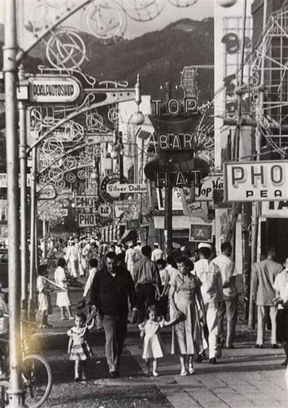 英語の看板が目立つ1950年代の佐世保市松浦町国際通り(岩波写真文庫 ...