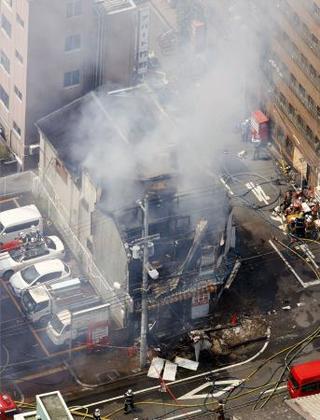 大阪市西成区の火災現場=22日午後0時40分(共同通信社ヘリから)