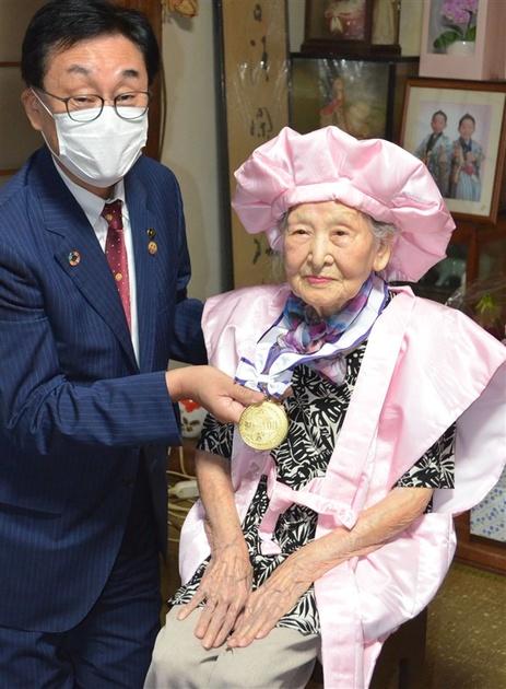 新100歳に「金メダル」 大牟田市、「人生のトライアスロン」にエール