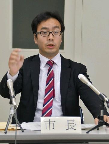 政治倫理審査会の場で説明していくと記者会見で答える村上大祐市長 ...