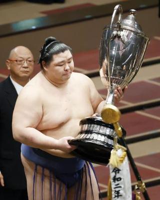 初優勝を果たし、賜杯を手にする正代=両国国技館 写真|【西日本 ...