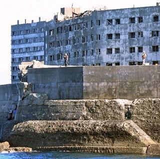 島 は 軍艦 と