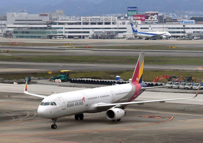 韓国・仁川から福岡空港に到着したアシアナ航空機=23日午前10時10分、福岡市博多区(撮影・帖地洸平)