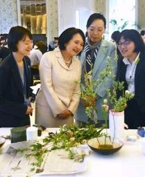 生け花を鑑賞する横井裕駐中国大使の英子夫人(左から2人目)と中国 ...