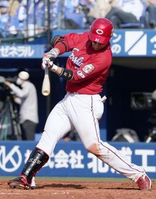 5回広島2死、坂倉が左中間に満塁本塁打を放つ=横浜 写真|【西日本 ...
