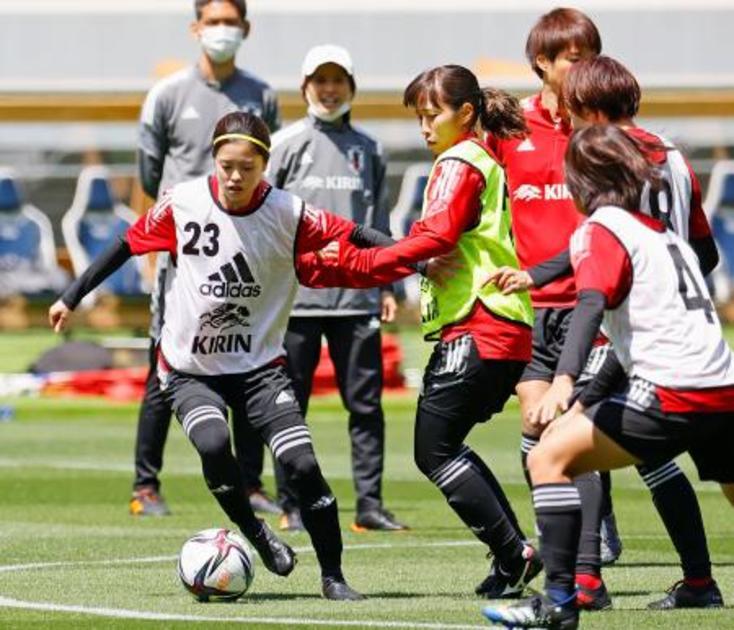 パナマ戦に向け調整するサッカー女子日本代表の長谷川(左端)=国立 ...