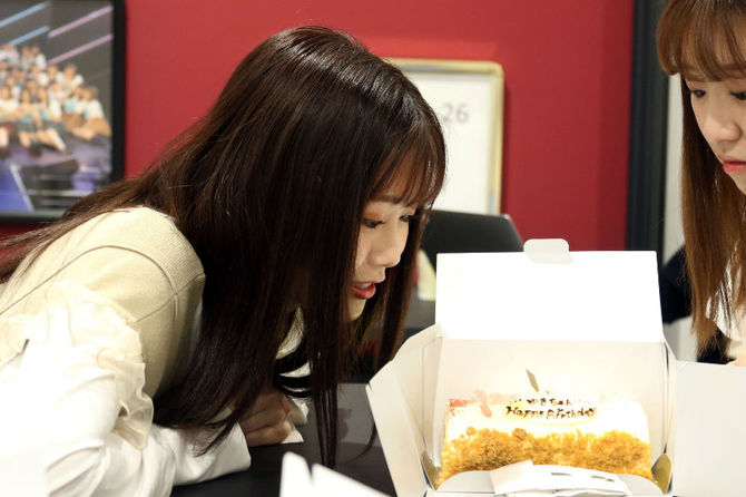 差し入れの誕生日ケーキに興味津々の秋吉優花